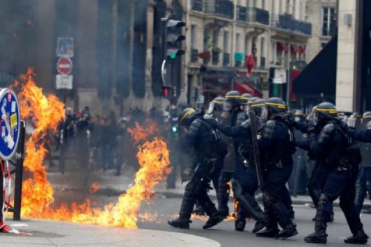 Πρωτομαγιά 2017: Φλέγεται το Παρίσι! Φωτιές και βροχή από δακρυγόνα - 2 τραυματίες [pics, vid]
