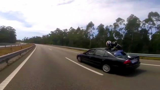 Απίθανο! Μοτοσικλετιστής πηδά πάνω σε αυτοκίνητο και ξεγελά το θάνατο! [vid]