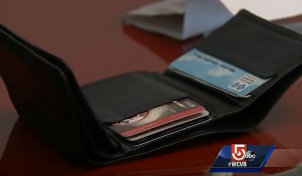Οκτώ χρόνια μετά βρήκε το πορτοφόλι της με όλα τα προσωπικά αντικείμενά της μέσα! [vid]