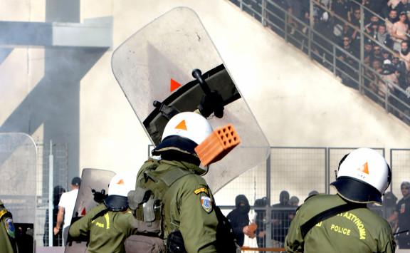 Τελικός Κυπέλλου: Τούβλο σε αστυνομικό! Η φωτογραφία που σοκάρει