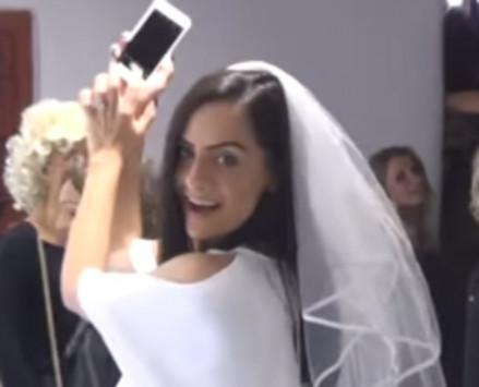 Μύκονος: Η νύφη φόρεσε ζαρτιέρες - Τρελάθηκαν ντόπιοι και τουρίστες [vids]
