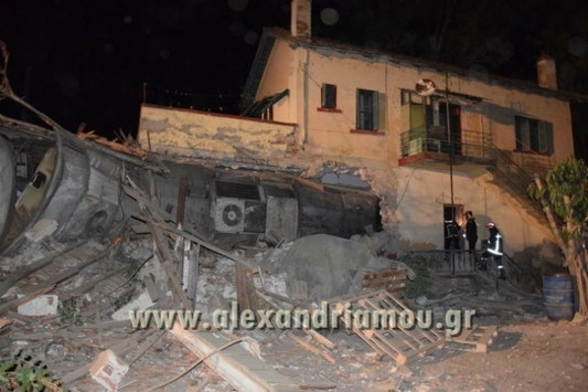 Εκτροχιάστηκε τραίνο έξω από την Θεσσαλονίκη! Μπήκε σε σπίτι - Τέσσερις οι νεκροί - Σοκαριστικές εικόνες και βίντεο