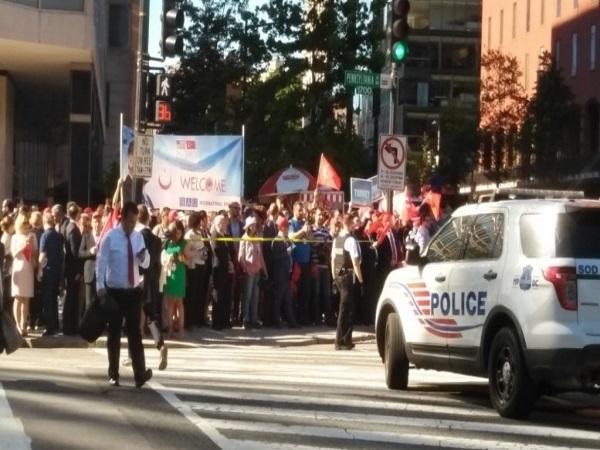Μέλη του προσωπικού της τουρκικής πρεσβείας διαδηλώνουν υπέρ του Ερντογάν
