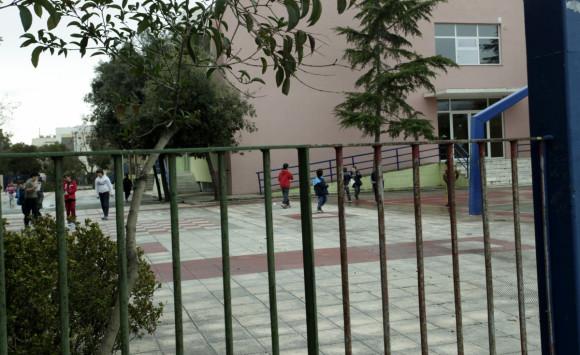 Πύργος: Αυνανιζόταν έξω από σχολείο και... συνέχισε μπροστά στους αστυνομικούς!