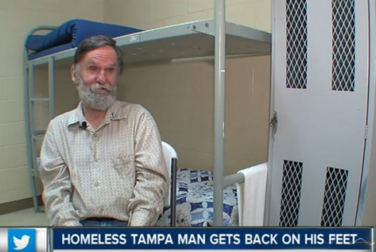 Άστεγος είχε ξεχάσει ότι έχει τραπεζικό λογαριασμό με χρήματα μέσα! [vid]