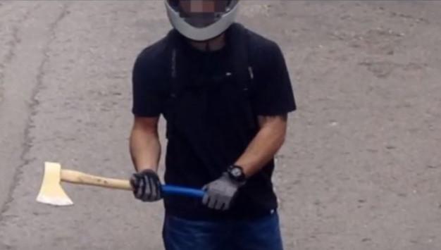 Βίντεο – ντοκουμέντο από την επίθεση των κουκουλοφόρων στο Χημείο! Κρατούσαν τσεκούρια και σουγιάδες