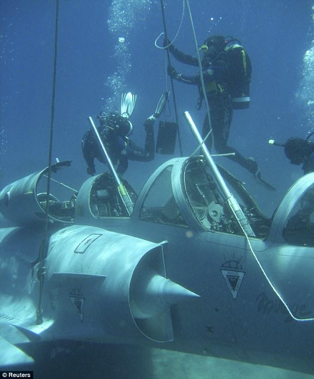Φωτογραφία από την επιχείρηση ανάσυρσης Mirage2000 από τη θάλασσα μεταξύ Σάμου - Φούρνων