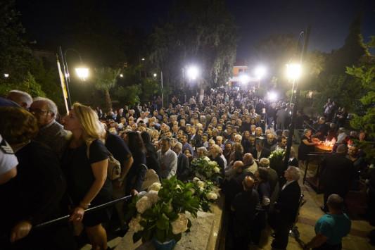 Ολονυχτία στη μνήμη του Κωνσταντίνου Μητσοτάκη: Η Κρήτη τον αποχαιρετά [pics, vids]