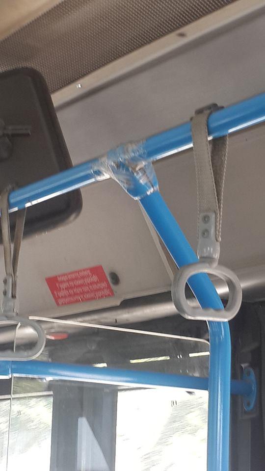 555 Απίστευτο: 'Εδεσαν με σελοτέιπ την σπασμένη μπάρα στήριξης των επιβατών σε λεωφορείο του ΟΑΣΘ [εικόνα]