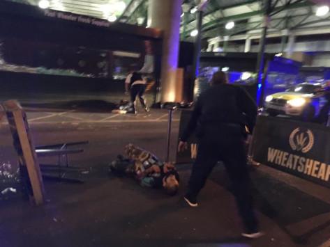 Πρωτεύουσα του τρόμου το Λονδίνο! Βαν παρέσυρε πεζούς, άγνωστοι άρχισαν να μαχαιρώνουν κόσμο! `Αυτό είναι για τον Αλλάχ` φώναζαν