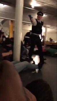 Λονδίνο: Οι δραματικές στιγμές του πανικού σε ένα μπαρ! `Πέστε κάτω` ούρλιαζαν οι αστυνομικοί