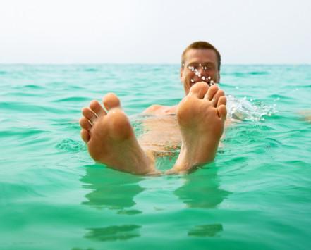 Κράμπα στην θάλασσα: Τι να κάνετε εκείνη τη στιγμή