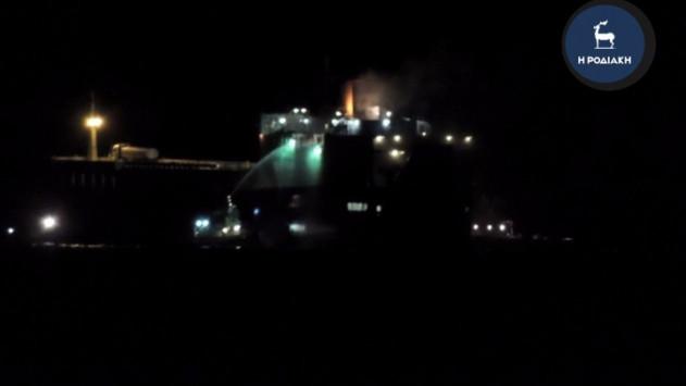Μεγάλη επιχείρηση για το φλεγόμενο πλοίο κοντά στη Ρόδο! 12 άνθρωποι παραμένουν μέσα