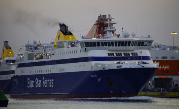 """Σύρος: Πρόσκρουση του """"Blue Star Naxos"""" στο λιμάνι - Ταλαιπωρία για τους 868 επιβάτες"""