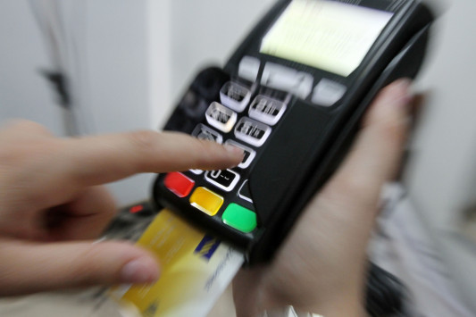 Μπόνους 1.000 ευρώ κάθε μήνα για πληρωμές με κάρτα – Ποιοι και πως θα παίρνουν τα χρήματα