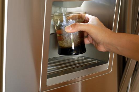 Κίνδυνος από τα παγάκια που φτιάχνει το ψυγείο – Τι πρέπει να ξέρετε!