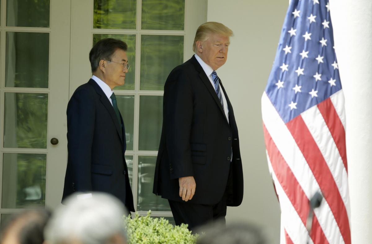 Ο Ντόναλντ Τραμπ υποδεχόμενος τον Μουν Τζέι-ιν