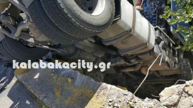 """Καλαμπάκα: Βυτιοφόρο """"κρεμάστηκε"""" σε γέφυρα! [pics]"""