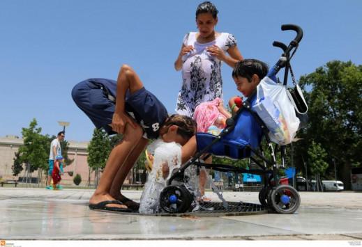 Καιρός - Καύσωνας: Τρεις άνθρωποι στο νοσοκομείο με θερμοπληξία - `Βράζει` όλη η χώρα