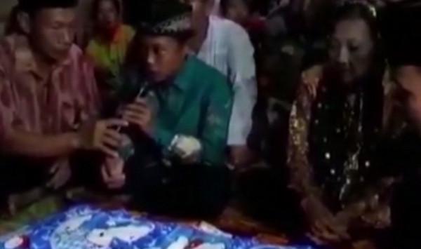 Χωρίς λόγια! 71χρονη παντρεύτηκε 16χρονο [vid]
