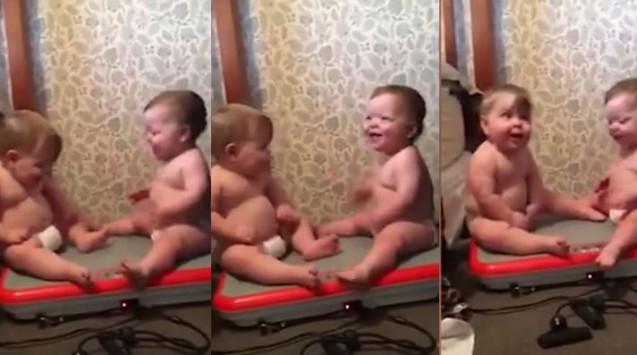 Μωρά κουνιούνται πάνω κάτω σε όργανο γυμναστικής. Δεν σταματούν να γελούν!