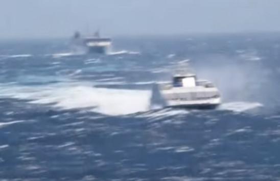 Φολέγανδρος: Πλοία που χάνονται στα κύματα - Τα είδαν όλα οι επιβάτες μέχρι να φτάσουν [vid]