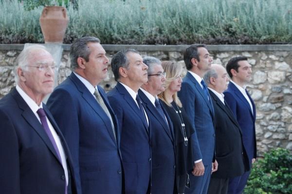 Από δεξιά προς αριστερά: Αλέξης Τσίπρας, Νίκος Βούτσης, Κυριάκος Μητσοτάκης. Φώφη Γεννηματά, Δημήτρης Κουτσούμπας, Σταύρος Θεοδωράκης, Πάνος Καμμένος και Βασίλης Λεβέντης