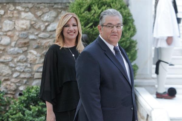 Η αρχηγός του ΠΑΣΟΚ χαμογελά πίσω από τον γενικό γραμματέα του ΚΚΕ