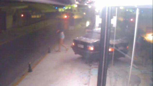 Κέρκυρα: Βίντεο ντοκουμέντο από φοβερό τροχαίο που κόβει την ανάσα - Αυτοκίνητο μπαίνει σε μπαρ [vid]