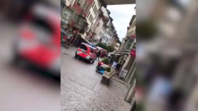 Τους επιτέθηκε με αλυσοπρίονο - 5 τραυματίες! Χαμός σε πόλη της Ελβετίας! [vid]