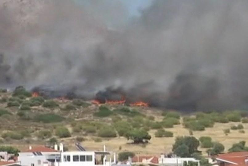 Στις 18:20 το απόγευμα η φωτιά έφτανε σε κοντινή απόσταση από τα σπίτι - Εικόνα από ΣΚΑΪ