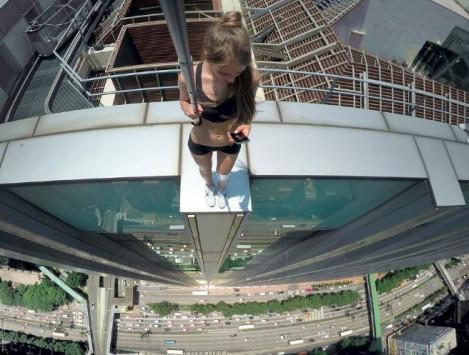 Η γυναίκα που βγάζει τις πιο ριψοκίνδυνες selfies [vid]