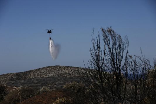 Φωτιά στην Ανάβυσσο: Αλλάζει συνεχώς κατεύθυνση λόγω του αέρα