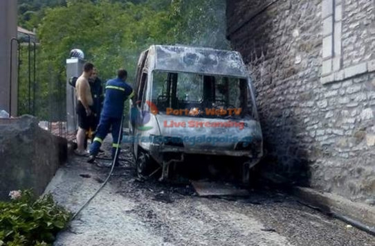 Κάηκε ολοσχερώς το μοναδικό ασθενοφόρο στη Μεγαλόπολη [pic]