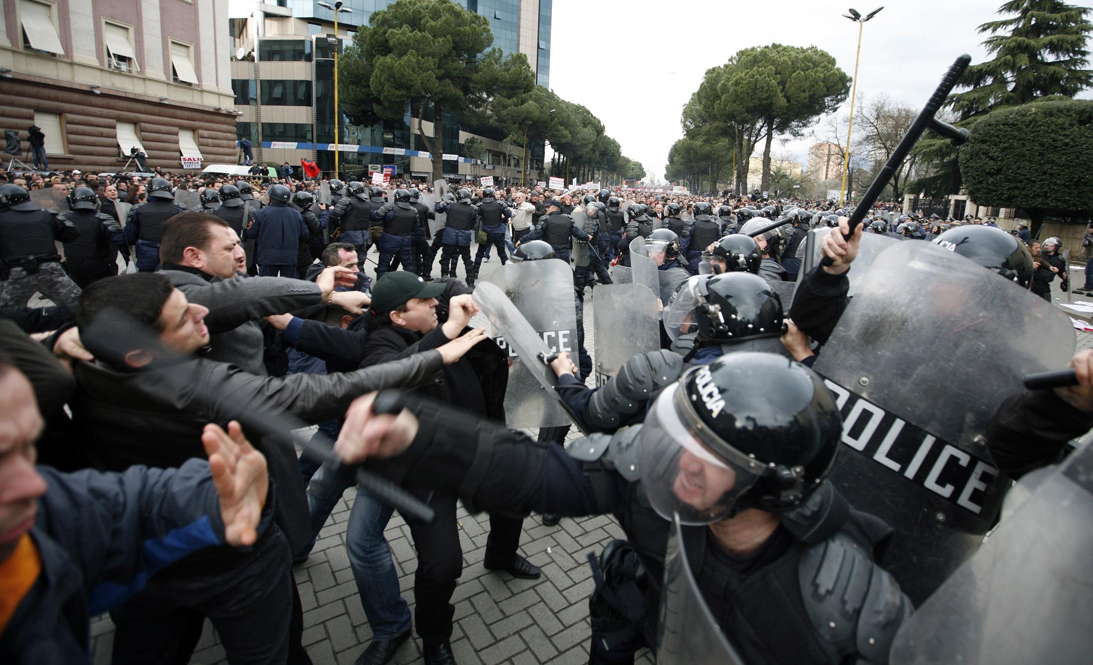 Σώμα με σώμα οι μάχες αστυνομικών και διαδηλωτών - ΦΩΤΟ REUTERS