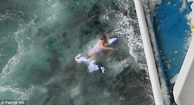 Επι 4 αγωνιώδη λεπτά η γυναίκα αν και ασθενής πάλευε με τα κύματα