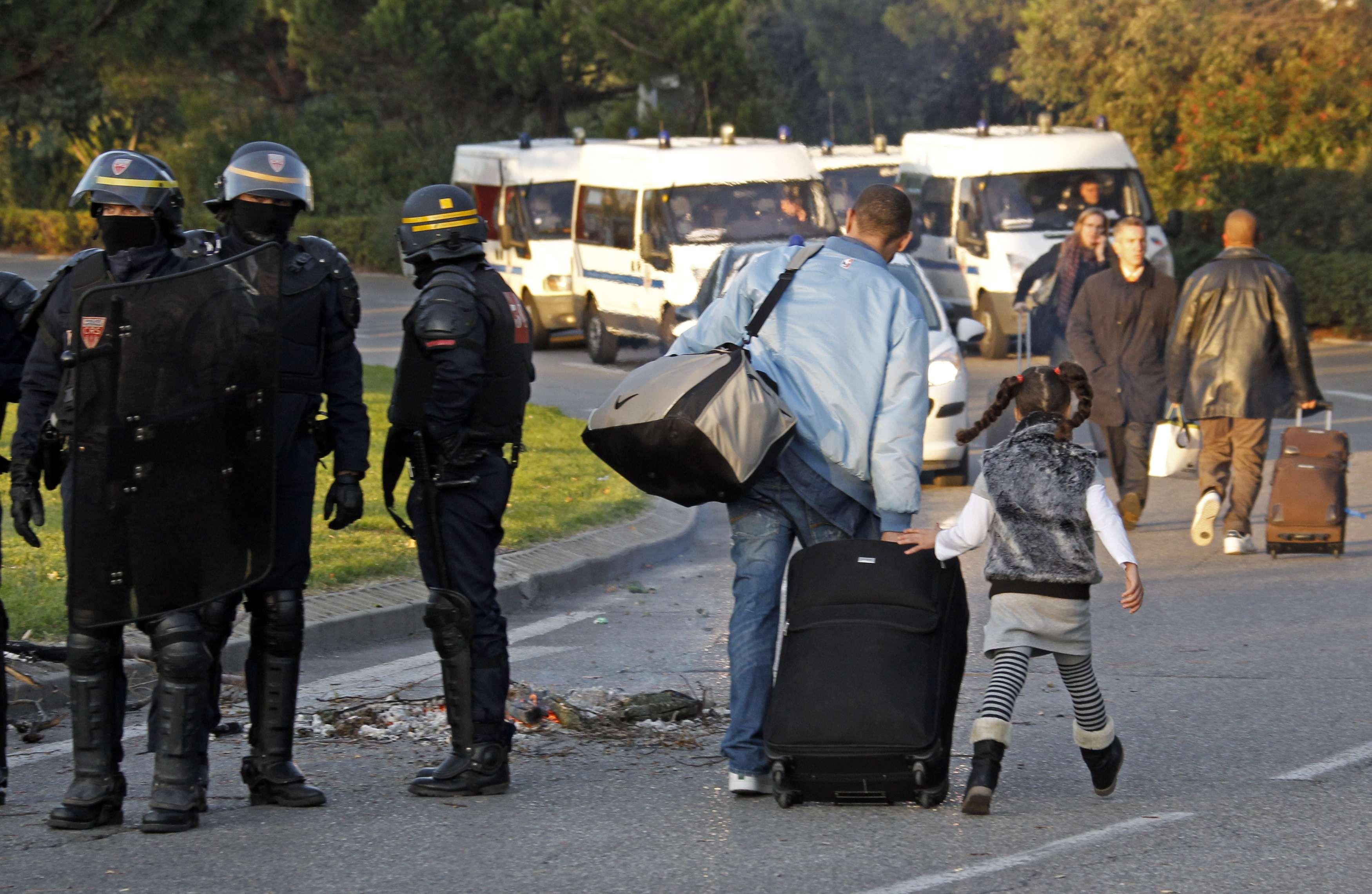 Τις βαλίτσες στους στο χέρι και δρόμο για το...αεροδρόμιο. ΦΩΤΟ REUTERS