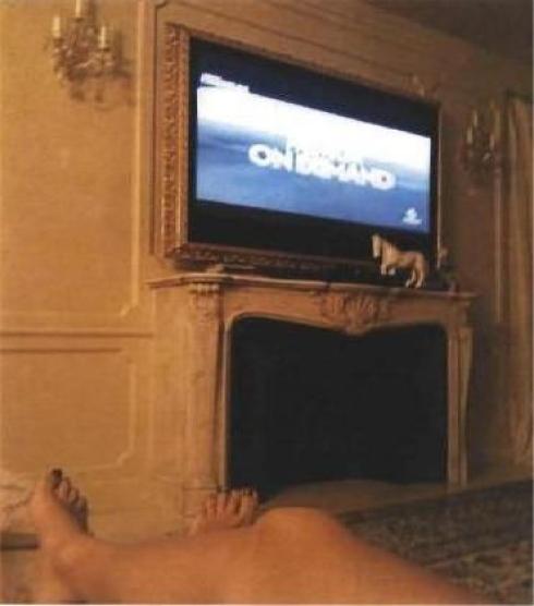 """Μια γυναίκα ξαπλωμένη, βλέπει τηλεόραση στο """"ανάκτορο"""" του """"καβαλιέρε"""" - ΦΩΤΟ L' Unita"""