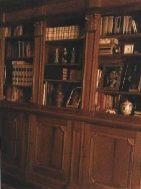Μια βιβλιοθήκη στο εσωτερικό της βίλας. Με μια προσεκτική ματιά θα δει κανείς τις φωτογραφίες του νεαρού Σίλβιο Μπερλουσκόνι - ΦΩΤΟ L' Unita