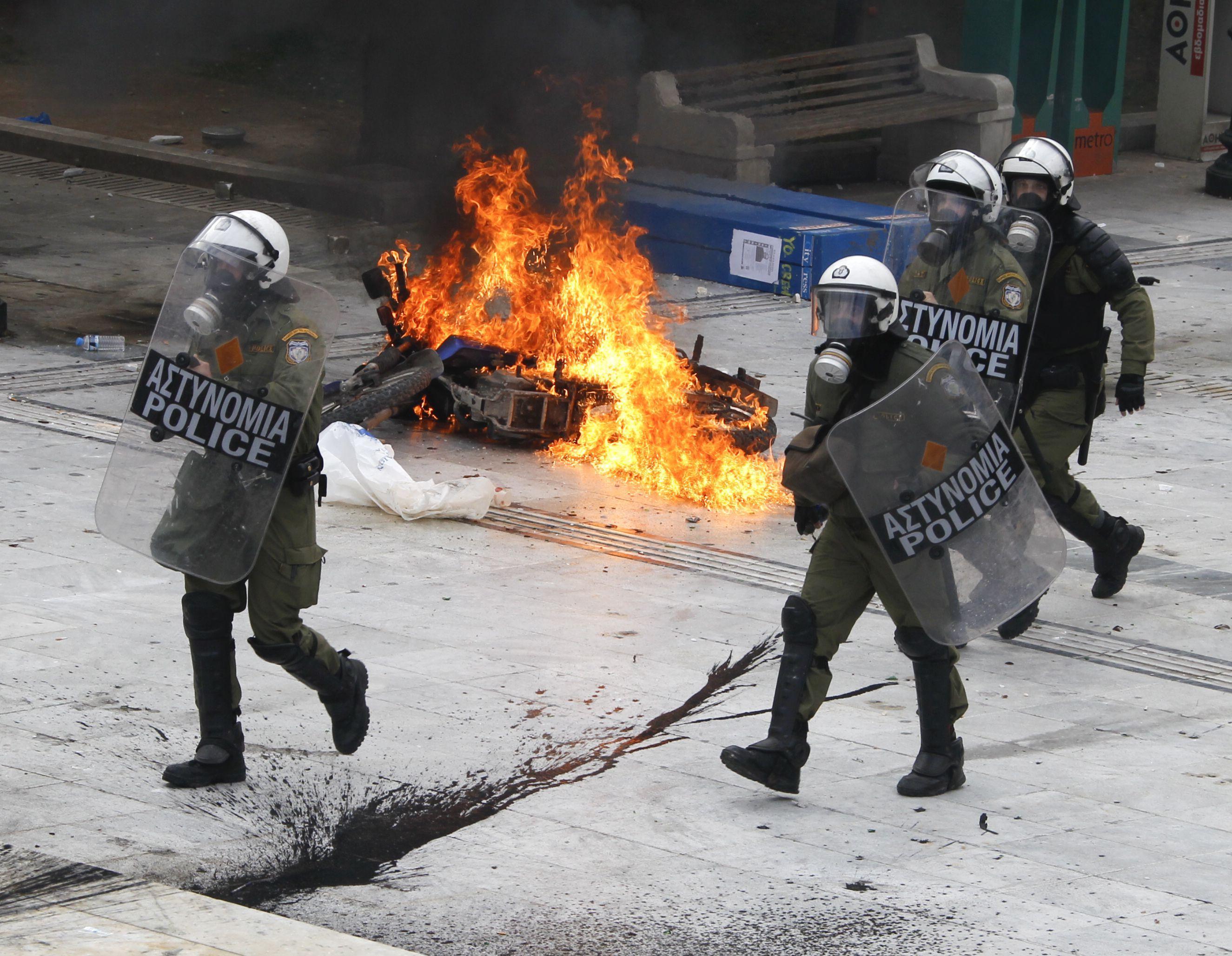 Κάηκαν 2 μηχανές της Ομάδας ΔΕΛΤΑ - Λιπόθυμος ένας διαδηλωτής