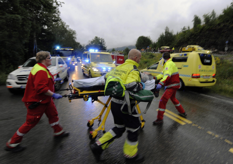 Αστυνομία, ασθενοφόρα, σωστικά συνεργεία προσπαθούν να βοηθήσουν όσους επέζησαν