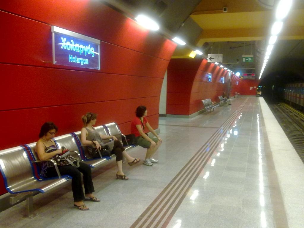 Αποψη του σταθμού όπου κυριαρχεί το κόκκινο και η πέτρα ΦΩΤΟ NEWSIT