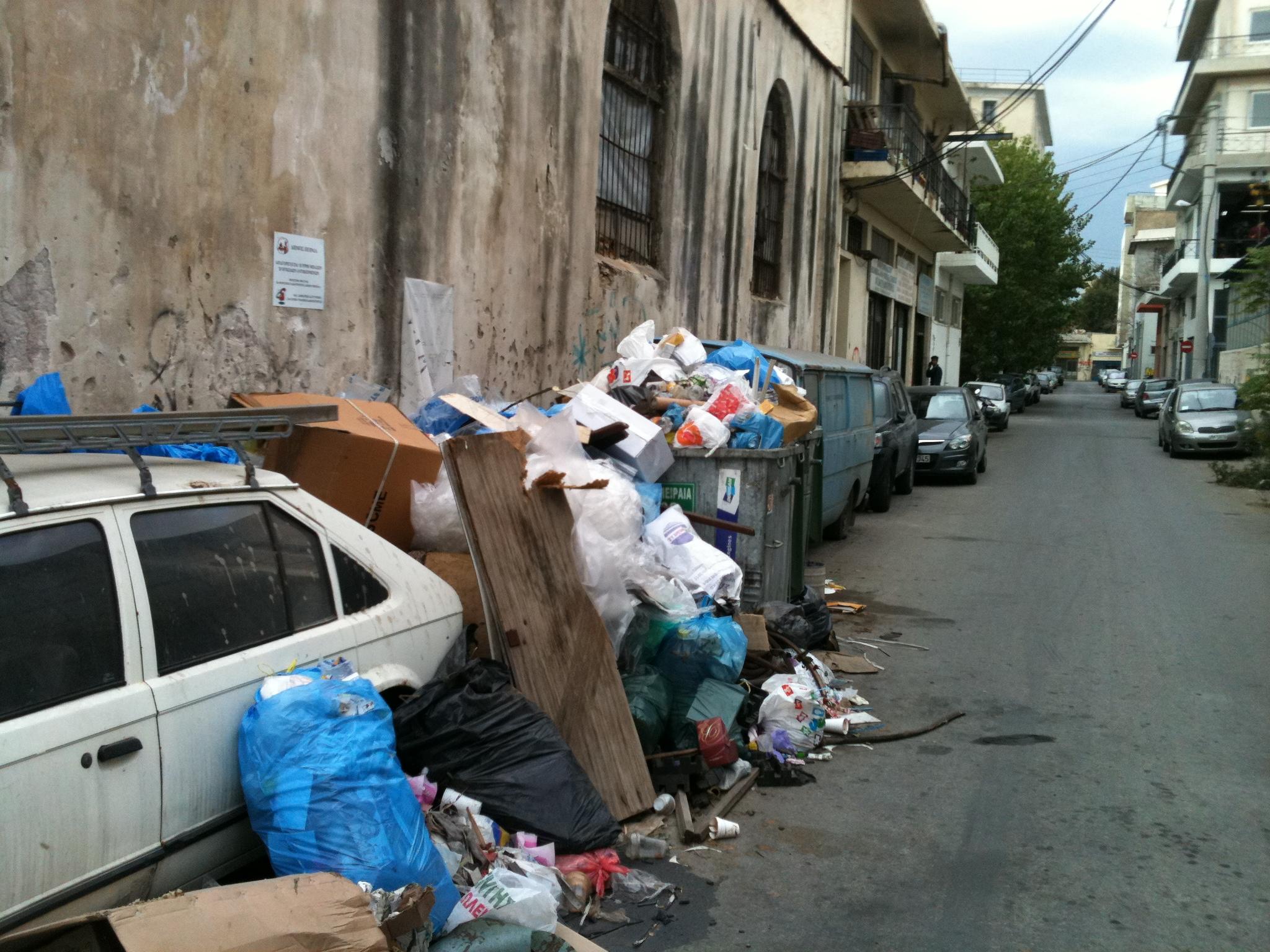 Τα σκουπιδια στα Καμίνια έχουν καλύψει ακόμα και σταθμευμένα οχήματα