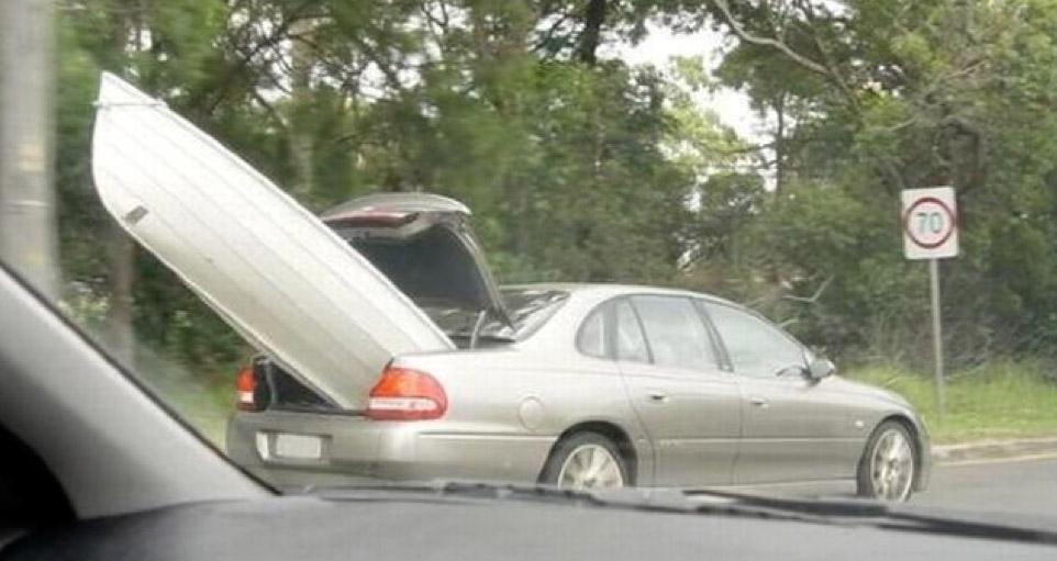 Πες βρε αδερφέ οτι πιάνει μια βροχή να μην έχω πρόχειρη τη βάρκα στο πορτ μπαγκάζ;