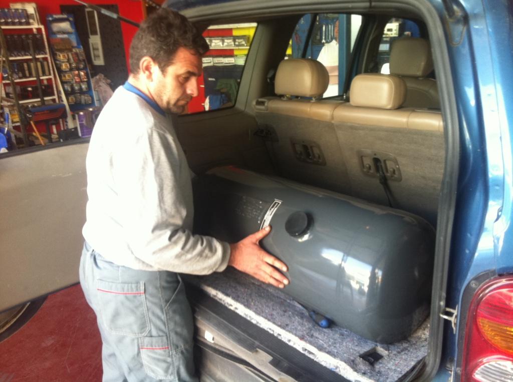 Η μπουκάλα του υγραερίου μπαίνει στο πορτ μπαγκαζ