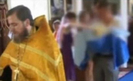 Ο εφιάλτης έχει αρχίσει! Ο πατερας κρατάει αγκαλιά το μωρό το οποίο δεν μπορεί να αναπνεύσει. Ο ιερέας ατάραχος...