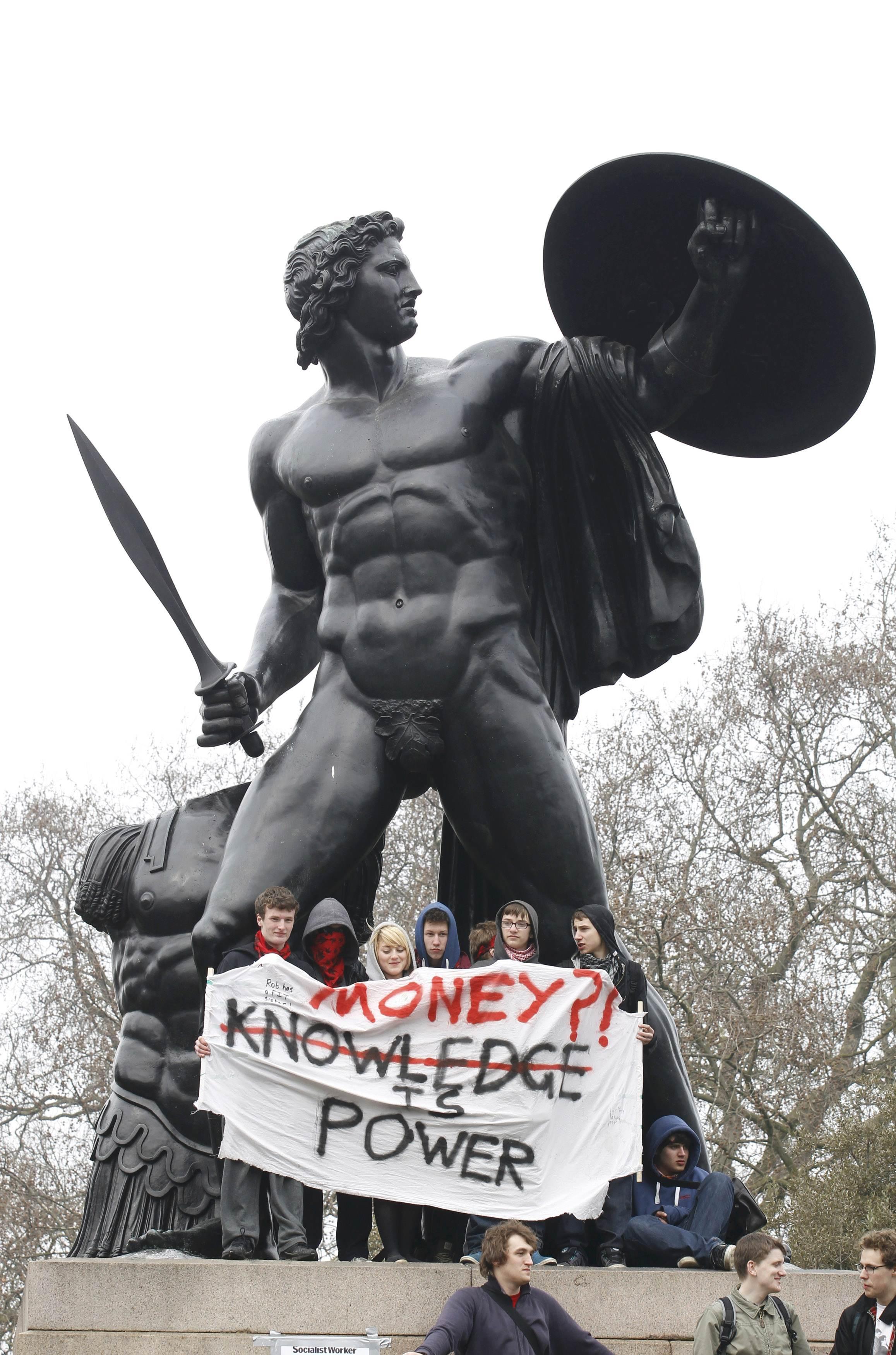 Το άγαλμα κατά την διάρκεια των διαδηλώσεων. ΦΩΤΟ REUTERS