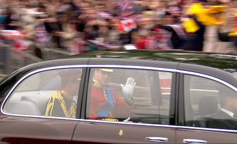 Η  Μπέντλεϊ του πρίγκιπα Γουίλιαμ φτάνει στο Αββαείο. Τον συνοδεύει ο  αδελφός και κουμπάρος του, Χάρι.