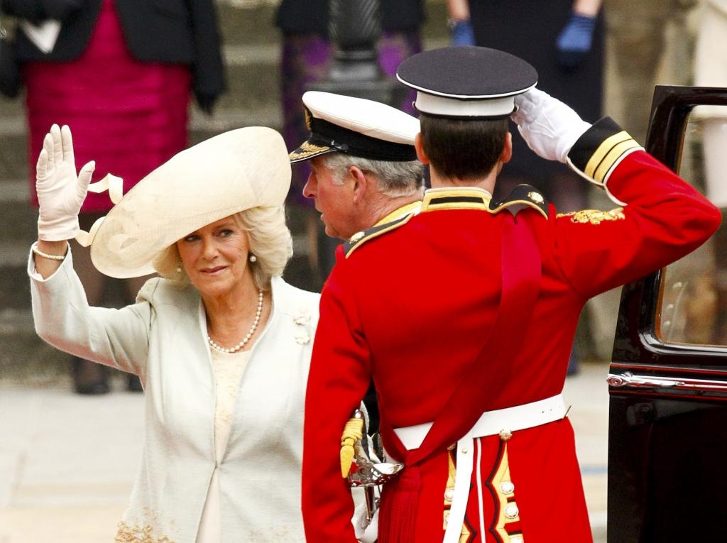 Η Καμίλα Πάρκερ Μποουλς και ο Πρίγκιπας Κάρολος φτανουν στο  Αββαείο