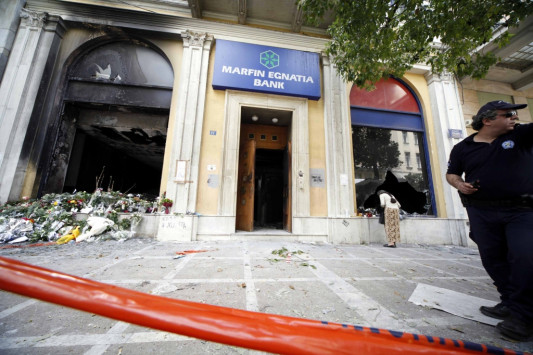 'Ενα χρόνο μετά τον χαμό τριών αθώων - Κρατούνται 4 για την δολοφονική επίθεση στη Marfin